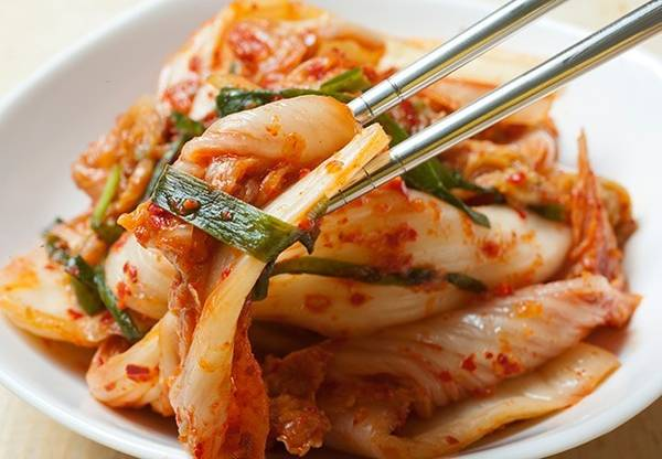 Kim chi là một trong những món ăn phổ biến nhất tại Hàn Quốc. Ảnh: aarp.