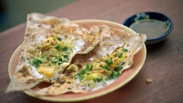<strong>Bánh tráng kẹp: </strong>Có thể nói đây là một món ăn không thể không biết đến trong thực đơn ẩm thực đường phố của các bạn trẻ ở Đà Nẵng. Những nguyên liệu không k&eacute;m phần hấp dẫn được thêm vào như bánh tráng kẹp trứng cút, kẹp pa tê, kẹp mực…; cùng hai loại cơ bản là khô và ướt (hay còn gọi là trải và cuốn). Bánh tráng kẹp có giá khoảng 10.000 đồng/đĩa.
