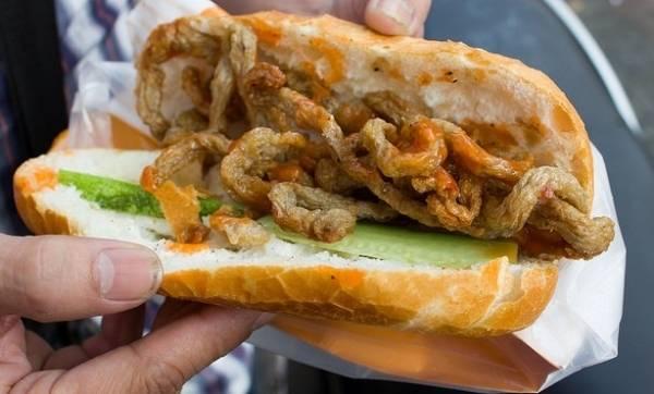 """<strong>Bánh mì chả cá nóng: </strong>Là một trong những món bánh mì nổi tiếng ở Sài Gòn, với đặc điểm chung là chả cá được chiên nóng hổi, đơn giản nhưng rất hấp dẫn. Trong khi chờ ổ bánh mì nóng giòn, bạn có thể chứng kiến các chủ hàng """"hô biến"""" chả cá từ nguyên khối thành những sợi chả cá nằm gọn trong ổ bánh mì ngon khó cưỡng."""