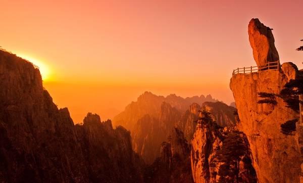 Ngày 2: Đi xe tới khu thắng cảnh Hoàng Sơn với nhiều địa điểm nổi tiếng như chùa Vân Cốc, Mộng Bút Sinh Hoa, đình Bài Vân... Sau khi ăn trưa tại đây, du khách ngồi xe xuống núi và tới suối nước nóng Zui. Ảnh: Baike