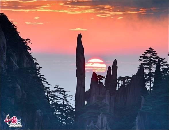 """Hai là những tảng đá với nhiều hình thù kỳ quái. Hoàng Sơn với nhiều ngọn núi cao chọc trời, vách đá hiểm trở, dưới chân núi là thung lũng sâu hun hút. Tới đây, du khách sẽ thấy rất nhiều """"quái thạch"""" bởi những hòn đá, tảng đá đều có hình thù kỳ dị. Ảnh: Zhongguo Wang"""