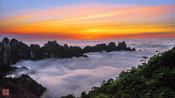 Ba là mây của Hoàng Sơn. Vì thời tiết của Hoàng Sơn phân bố theo chiều dọc từ thấp lên cao nên núi đều bị mây bao bọc, đỉnh núi lúc ẩn lúc hiện khiến khu vực này lúc nào cũng như chìm trong biển mây. Ảnh: Baike