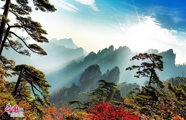 Ngoài cảnh quan thiên nhiên, Hoàng Sơn còn chứa đựng nội hàm văn hoá truyền thống Trung Hoa. Hoàng Sơn từ xưa tới nay luôn là nguồn cảm hứng bất tận cho hội họa và thơ ca. Đây là một trong những tuyến điểm du lịch hấp dẫn nhất Trung Quốc và là di sản văn hóa thế giới. Ảnh: Zhongguo Wang