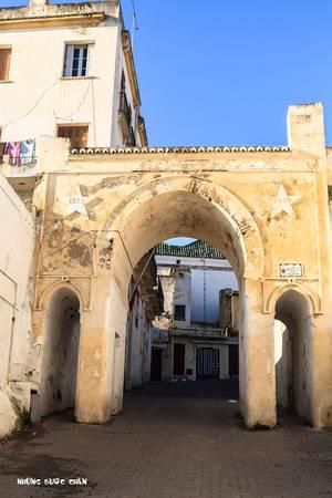 Tangier: Tangier là thành phố phía bắc của vương quốc Morocco, nằm trên bờ biển Bắc Phi ở phía tây, nơi giáp ranh giữa Địa Trung Hải và Đại Tây Dương tại mũi Spartel. Đây là thành phố cửa ngõ thu hút khách du lịch châu Âu tham quan đất nước Morocco. Nơi đây có hệ thống cảng biển sầm suất và những chuyến phà nối với Tây Ban Nha.