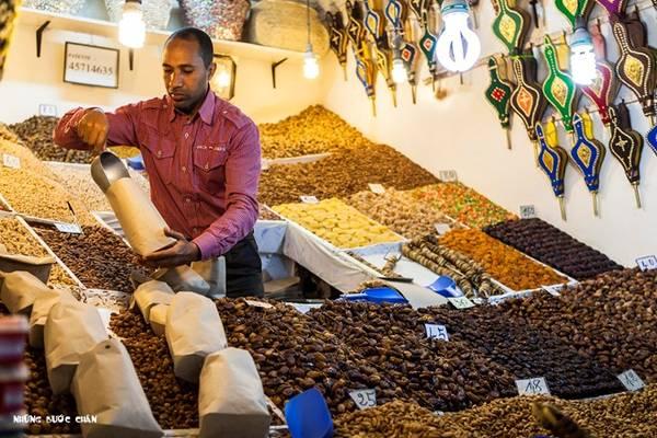 Cũng như mọi phố cổ khác, medina ở đây cũng chằng chịt ngõ nhỏ với đủ các loại cửa hàng. Medina ở Meknes là 1 trong 5 di sản thế giới do UNESCO công nhận, cùng với medina ở các thành phố Fez, Marrakech, Tétouan và Essaouira....