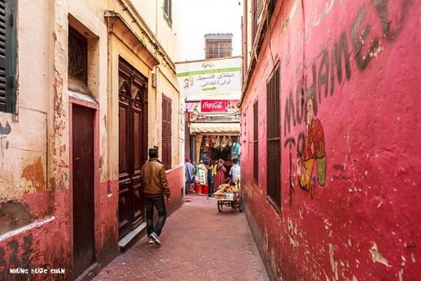 Tangier sớm hình thành hệ thống medina để phục vụ việc giao thương nội vùng và quốc tế. Khách du lịch phương Tây thường đến mua những mặt hàng truyền thống Morocco tại khu phố cổ được xây dựng từ năm 1889.