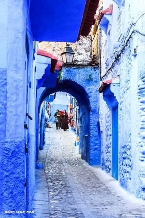 Chefchaouen: Medina ở Chefchaouen là khu phố cổ độc đáo nhất thế giới bởi màu xanh quyến rũ, ma mị của những ngôi nhà của những người Do Thái định cư từ những năm 30 của thế kỷ trước. Ngày nay, toàn khu phố được sơn một màu xanh dương tuyệt đẹp, nhất là dưới ánh bình minh.