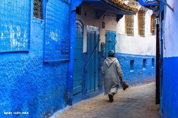 Cả thành phố này được nhuộm một màu xanh. Khi nhìn vào màu sắc này, người dân ở đây sẽ nghĩ tới màu da trời, nơi có thượng đế trên thiên đường đang ngự trị. Medina ở Chefchaouen ngày nay là một điểm không thể bỏ qua của du khách khi du lịch Morocco.