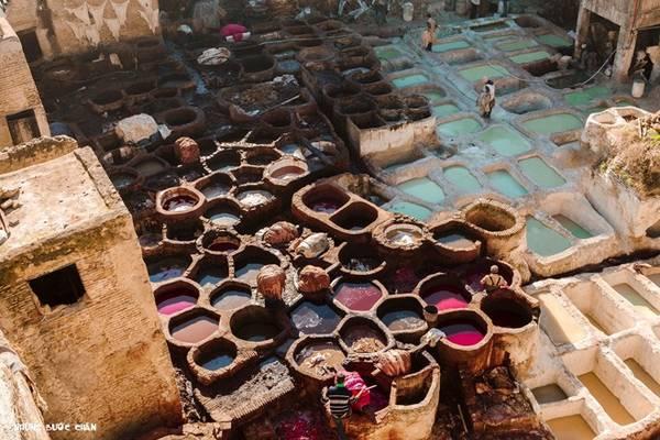 <strong>Fes:</strong> Khách du lịch thường muốn hiểu về một nền văn hóa thì họ thường đến những khu chợ bởi nơi đấy phản ánh rõ ràng nhất mọi thứ như lối sống, văn hoá, phong tục tập quán, con người, trang phục, ẩm thực… Fes el Bali (khu cũ) vì thế luôn là điểm đến hàng đầu cho bất cứ du khách nào đặt chân đến ngôi chợ cổ được UNESCO công nhận là di sản thế giới năm 1981 này.  Hãy cẩn thận vì bạn có thể lạc lối ở đây.