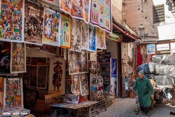 <strong>Marrakech:</strong> Medina ở Marrakech luôn là điểm đến du lịch hàng đầu khi đến thăm Morocco. Thông thường du khách sẽ chọn khách sạn nằm trong khu vực phố cổ được bao bọc 9 km tường thành với những khu chợ mua bán sầm uất thâu đêm suốt sáng.