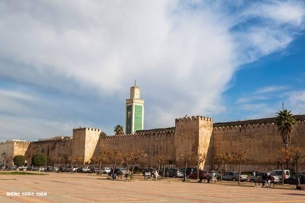 <strong>Meknes:</strong> Meknes: Meknes là một trong bốn thành phố du lịch nổi tiếng nhất của Morocco. Meknes từng là thủ đô dưới thời cai trị của Moulay Ismail (1672-1727), trước khi được dời đô đến Marrakech. Thành phố hiện lưu giữ nét kiến trúc kiểu Tây Ban Nha và Morocco rất ấn tượng. Bao quanh thành phố là những bờ tường cao với các cổng thành vĩ đại. Nơi đây có nhiều di tích lịch sử như nhà thờ Hồi giáo, quảng trường. Các khu chợ cổ thu hút rất nhiều khách du lịch đến tham quan.