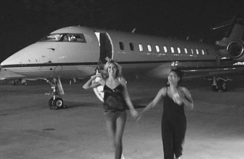 Siêu mẫu Heidi Klum và ca sĩ Mel B đi chơi bằng máy bay riêng.