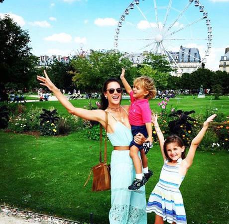 Thiên thần của Victoria's Secret Allesandra Ambrosio cùng các con tới Paris du lịch hè năm nay.
