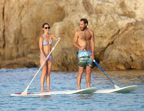 Em gái của công nương nước Anh Kate Midleston là Pippa Midleston cùng anh trai James lướt sóng tại St. Barts, Pháp.