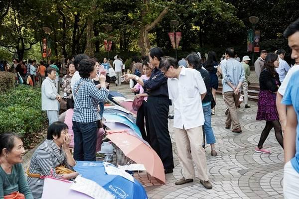 Chợ hôn nhân Thượng Hải: Chợ hôn nhân này họp vào thứ bảy và chủ nhật hàng tuần, từ trưa tới 17h tại công viên Nhân dân Thượng Hải, Trung Quốc. Các bậc phụ huynh đem theo thông tin về con mình tới chợ để trao đổi, nhằm tìm ra đối tượng thích hợp cho con mình. Ảnh: Juliaknop/Blogspot.