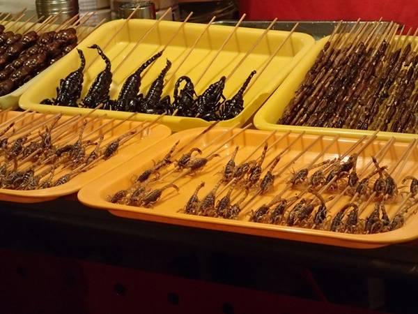 Chợ đêm Donghuamen (Bắc Kinh, Trung Quốc): Hình thành từ năm 1984, đây là điểm đến được nhiều du khách yêu thích. Chợ đêm này có bán nhiều món ăn lạ lùng như nhộng tằm, bò cạp, rết, cá ngựa... Ảnh: Virtualtourist.Chợ đêm Donghuamen (Bắc Kinh, Trung Quốc): Hình thành từ năm 1984, đây là điểm đến được nhiều du khách yêu thích. Chợ đêm này có bán nhiều món ăn lạ lùng như nhộng tằm, bò cạp, rết, cá ngựa... Ảnh: Virtualtourist.