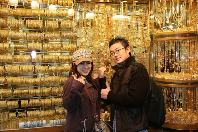Chợ vàng Dubai: Khu chợ vàng nổi tiếng của Dubai nằm dọc đường Sikkat Al-Khail ở Deira, mở cửa từ 10-22h vào thứ bảy tới thứ 5 và từ 16-22h vào thứ sáu. Chợ vàng Deira lúc nào cũng có khoảng 10 tấn vàng ở gần 300 cửa hàng trải dọc phố và các ngõ hẹp. Ảnh: Cleopatradhowcruise.