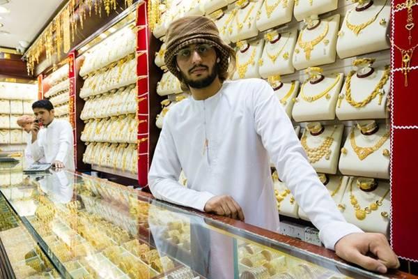 Chính quyền Dubai giám sát chặt chẽ chất lượng vàng được bán ở các cửa hàng trong chợ, do đó du khách không phải lo chuyện hàng giả. Vì Dubai không đánh thuế nhập khẩu nên thường thì giá các món trang sức ở đây sẽ rẻ hơn khoảng 20% mức giá trung bình trên thế giới.