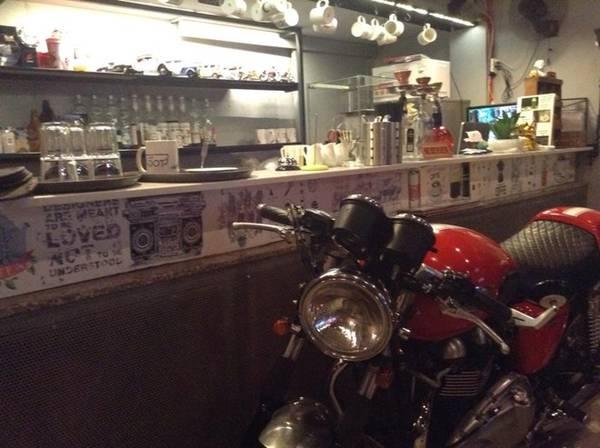 1. D.O.T Cafe Saigon (Nguyễn Cư Trinh, quận 1) ngoài là quán cà phê dành cho những ai lấy ngày làm đêm, còn là nơi tụ tập của hội môtô. Quán có diện tích vừa phải, bố cục sang trọng.