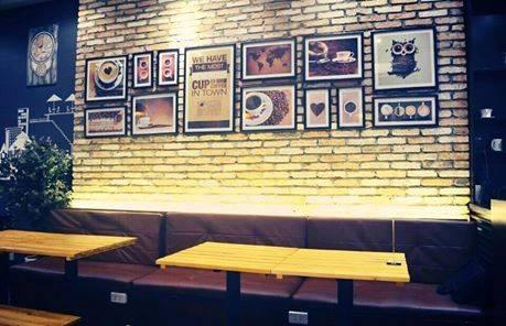 2. Unclosed Coffee (Hồ Tùng Mậu, quận 1) mở cửa suốt 24 giờ và đông khách nhất sau nửa đêm. Điểm cộng là không gian trẻ trung, hai vợ chồng chủ quán nhiệt tình, vui vẻ. Phục vụ hơi chậm khi đông khách.