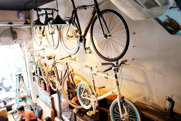 3. Heritage Coffee & Clothes (Pasteur, phường Nguyễn Thái Bình, quận 1) là điểm đến yêu thích của những ai yêu thích bộ môn xe đạp không phanh. Ngoài trưng bày xe đạp, nơi đây còn có rất nhiều điện thoại và máy đánh chữ thời xưa. Món nước được yêu thích nhất ở đây là cà phê trứng.