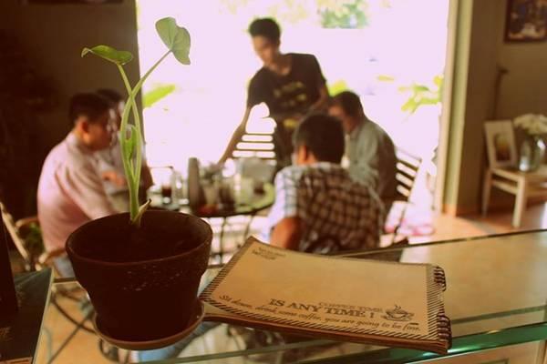 """<strong>4. Thức Coffee </strong> (Pasteur, quận 1) hay các quán khác thuộc thương hiệu này nhận được khá nhiều điểm cộng của """"cú đêm"""" về không gian, phong cách phục vụ, cà phê. Riêng teen hay các bạn nữ lại mê mệt món trà đào của quán."""
