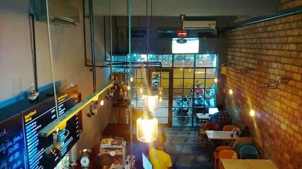 5. Anh Coffee (Trần Hưng Đạo, quận 1): không gian đẹp so với một quán bán xuyên đêm. Điểm trừ là các món nước tại đây không được đánh giá cao về mùi vị.