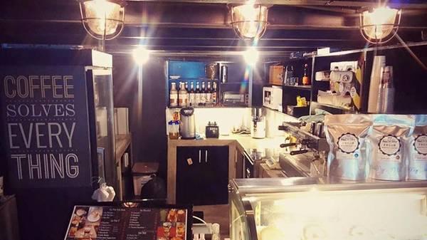 6. The Coffee Factory (Nguyễn Du, quận 1) quán nhỏ, pha chế ổn. Không gian được trang trí dễ chịu nên bạn có thể ngồi lâu. Điểm trừ là không trang bị đệm ngồi.
