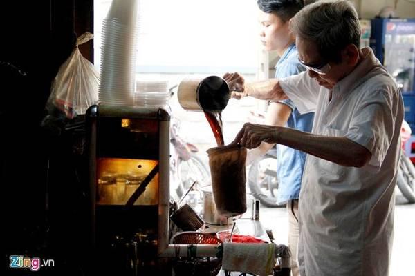9. Cà phê vợt ẩn mình trong một con hẻm nhỏ trên đường Phan Đình Phùng (Phú Nhuận, TP HCM). Quán có hơn 60 năm tuổi và từ khi ra đời đến nay chưa một lần đóng cửa. Quán pha cà phê bằng vợt, một kiểu pha rất xưa của người Sài Gòn. Ảnh: Hải An.