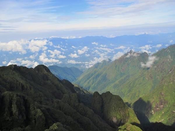 Description: Thế nhưng, vượt qua được những khó khăn với lòng bền bỉ, ai cũng sẽ có được khoảnh khắc đứng trên đỉnh núi Fansipan, phóng tầm mắt để nhìn lại những cung đường mình đã đi qua và vẻ đẹp của dãy Hoàng Liên Sơn trong mây tuyệt như thế nào.