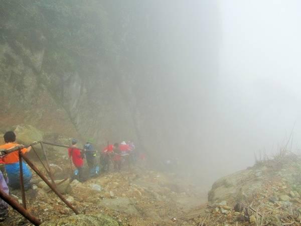 Description: Càng đi càng lên cao thì du khách càng thấy mình đang đi sâu hơn trong mây, đó cũng là một cản trở không nhỏ khi mà đường đi lắm ngã rẽ nhưng mây mù lại giăng kín lối.