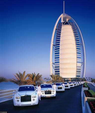 Được thiết kế theo hình dạng cánh buồm, khách sạn Burj Al Arab đã trở thành biểu tượng nổi tiếng của Dubai, là khách sạn 7 sao duy nhất trên thế giới với sự xa hoa khó tưởng tượng. Khi đặt phòng ở đây, du khách sẽ được xe Rolls Royce có tài xế riêng đến đón ở sân bay.
