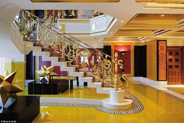 Cầu thang tuyệt đẹp nối hai tầng của phòng hoàng gia được trang trí bằng họa tiết da báo ấn tượng.