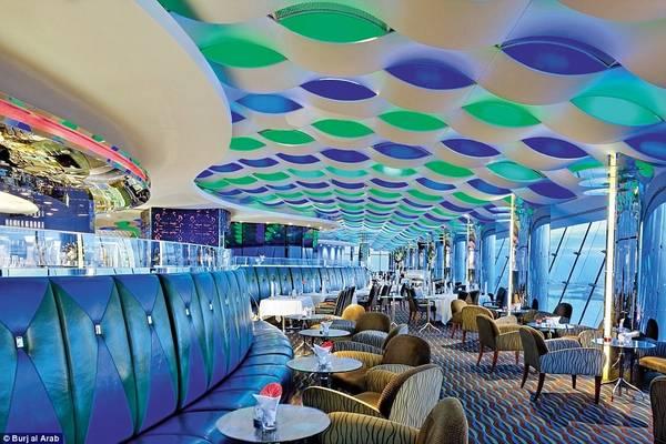 Quán bar Sky View nằm trong nhà hàng Al Muntaha cho du khách ngắm nhìn thành phố Dubai về đêm.