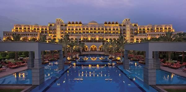 Ngoài ra, bạn có thể ghé thăm Jumeirah Zabeel Saray. Vào buổi tối, khách sạn này trông giống một cung điện Ả Rập với vô số đèn điện, hoa và cây cối. Phòng nghỉ ở đây có giá từ 480 USD (11 triệu đồng) trở lên.