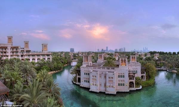 Tới Madinat Jumeirah, bạn có thể đi thuyền trên dòng nước xanh tươi chảy quanh khách sạn. Phòng ở đây có giá từ 360 USD (8 triệu đồng).
