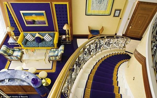 Khách sạn có 202 phòng, mỗi phòng trải rộng hai tầng, với thảm dày và đồ đạc sang trọng.