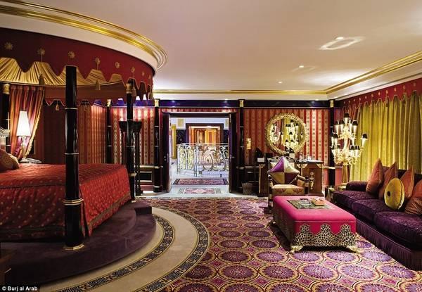 Căn phòng còn có giường xoay với rèm lộng lẫy, tạo không khí lãng mạn cho các cặp đôi.