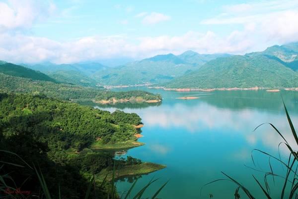 Ba Khan là một xã thuộc huyện Mai Châu, tỉnh Hòa bình, nằm dưới Chân đèo Thung Khe quanh năm mây mù, sương phủ. Xã Ba Khan được hợp thành từ 3 xóm: Khan Hạ, Khan Hò và Khan Thượng, nằm dọc ven theo sông Đà. Với khung cảnh non nước hữu tình, đồi núi nhấp nhô, trùng điệp, Ba Khan được ví như Hạ Long trên cạn.