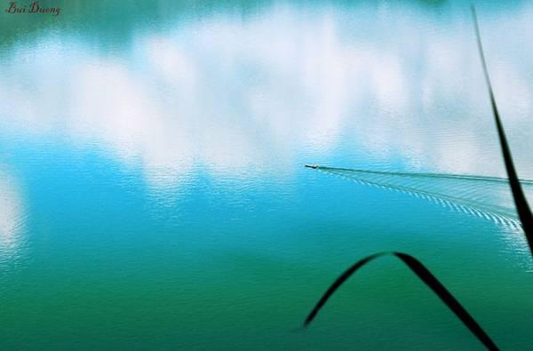 Và cả mặt hồ gần như phẳng lặng, không một gợn sóng, chỉ có một vài con thuyền lướt nhẹ, lơ đãng trên mặt hồ.