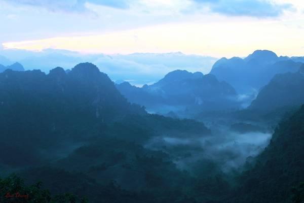 Những con đường ngoằn ngoèo, uốn lượn men theo sườn núi với một bên là núi đá vôi, một bên là lòng hồ sông Đà. Men theo con đường cuối Thung lũng Ba Khan bạn sẽ bắt gặp một cái thác hùng vĩ ẩn trong rừng trúc quanh năm xanh mướt.