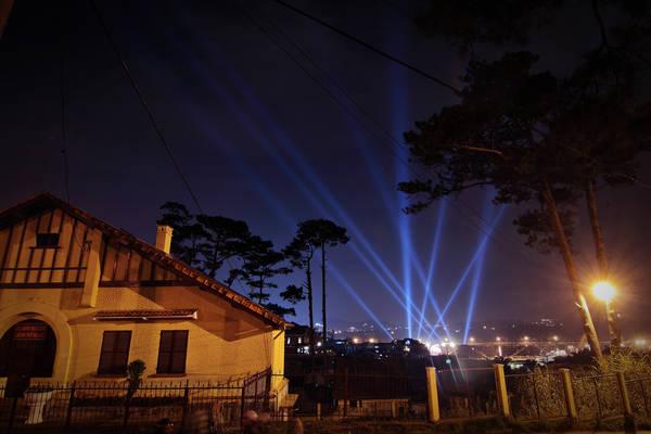 Đèn sáng rực rỡ trong suốt thời gian diễn ra lễ hội. Ảnh: Thomas Phan/flickr.com