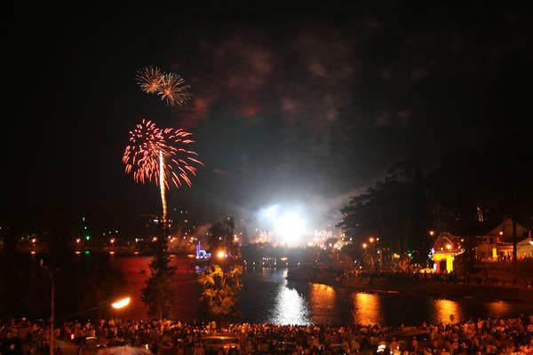 Pháo hoa rực sáng bên bờ Hồ Xuân Hương. Ảnh: Letrungthien/flickr.com