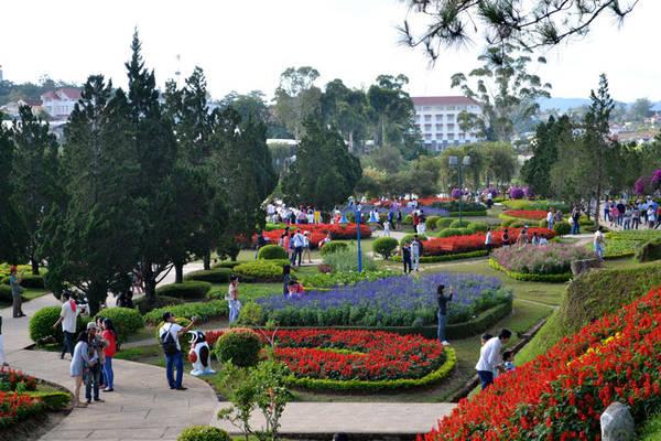Du khách tham quan Vườn hoa trung tâm Đà Lạt. Ảnh: dulichdalat.pro