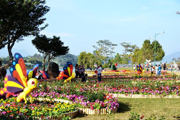 Các tiểu cảnh được trang trí bên bờ Hồ Xuân Hương. Ảnh: vietnamtourism