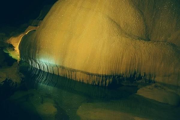 Tiếng nước nhỏ trong hang động đem lại cảm giác thật tĩnh tâm.