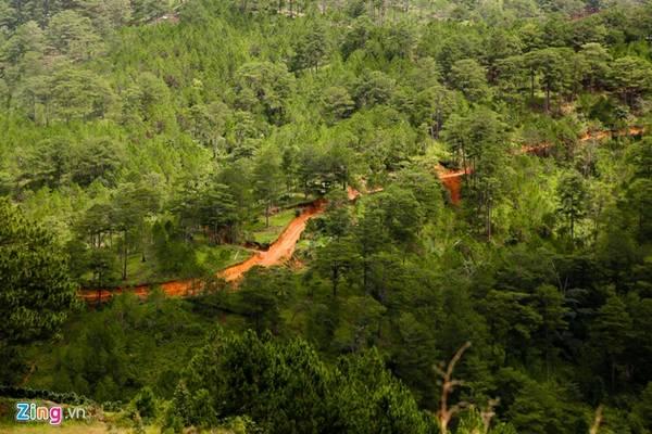 Nằm sâu trong rừng thẳm thuộc thôn Păng Tiêng, Xã Lát, Lạc Dương, tỉnh Lâm Đồng, thác Bảy tầng hay còn gọi là thác Păng Tiêng hoàn toàn còn nguyên sơ.