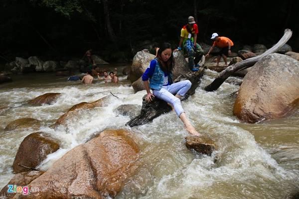 Vì thác còn rất hoang sơ, chưa có sự can thiệp của con người nên khi leo trèo phải hết sức cẩn thận để đảm bảo an toàn.