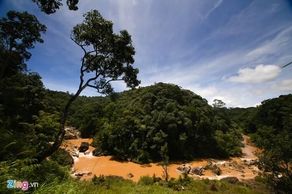 Sau khi để xe đi bộ, bạn phải leo xuống những con dốc đứng để đến với Păng Tiêng, một góc khung cảnh của khu vực quanh thác.