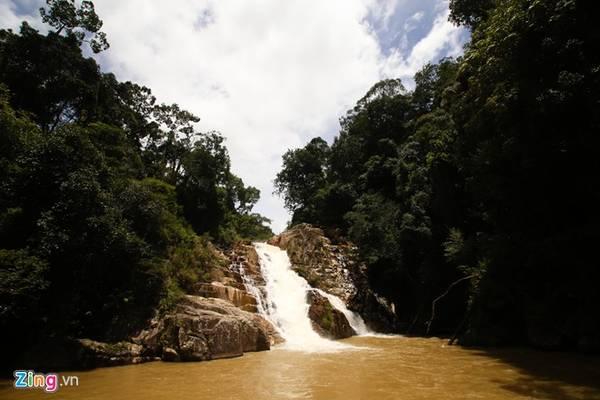 Với cao độ khoảng 20 m, thác như một dải lụa trắng nằm sâu giữa đại ngàn.